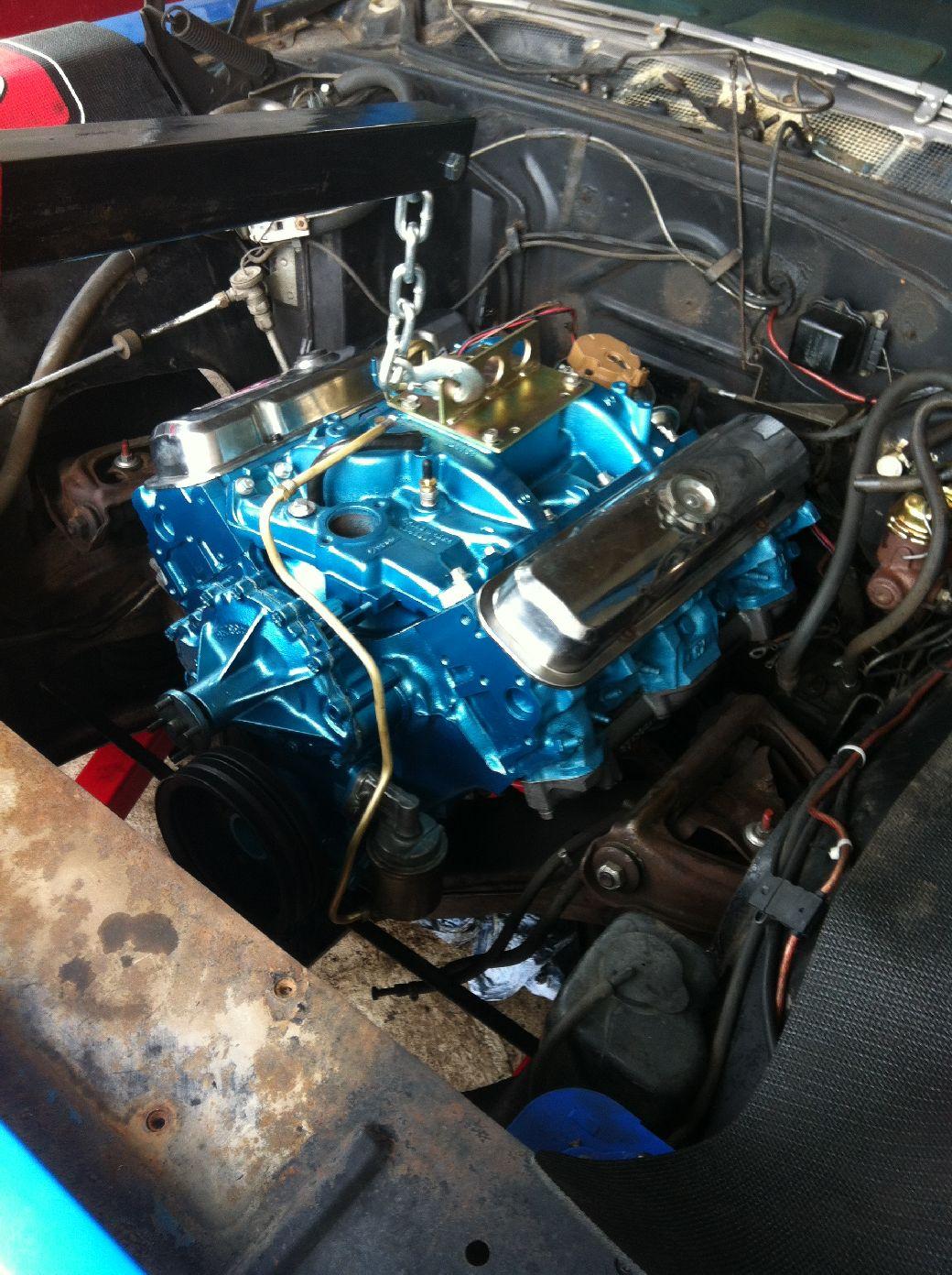 <p>Bevor der Ersatzmotor in den Pontiac kommt, werden erst alle Anschlüsse und Verbindungen geprüft. Die 10 Jahre jüngere Modellreihe hat einige Unterschiede die sich beim Umbau deutlich zeigen.</p>